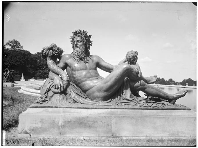 Parterre d'eau, bassin du Midi : La Loire, groupe sculpté
