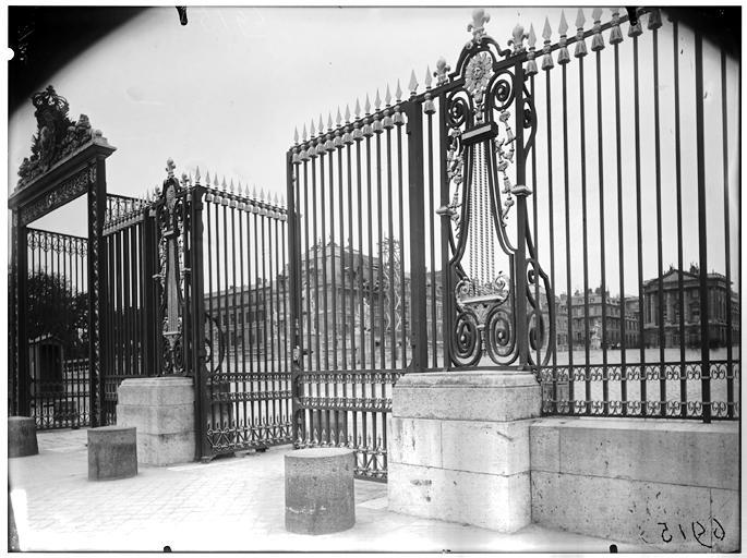 Cour des ministres : grille d'entrée