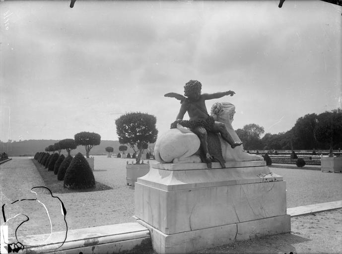 Parterre du Midi : Sphinx portant un amour