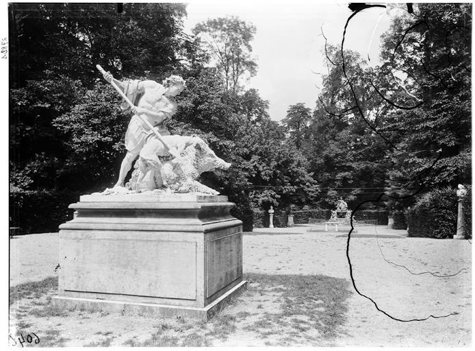 Bosquet de l'Arc de triomphe : Chasseur au sanglier, groupe sculpté