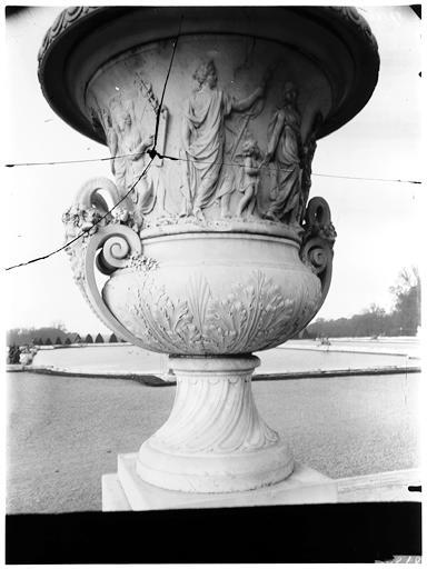 Parterre d'eau : vase de la Paix