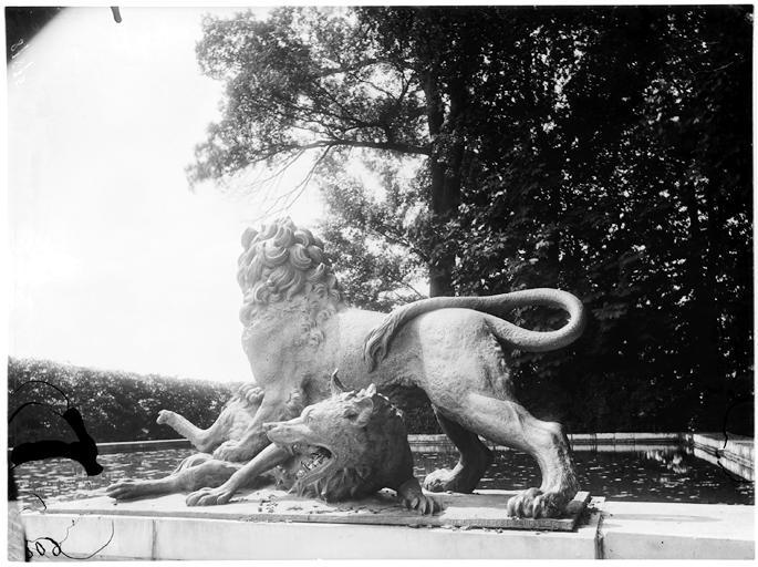 Fontaine de Diane : le lion et le loup, groupe sculpté