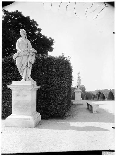 Parterre d'eau, fontaine du Point du Jour : Le Printemps, statue