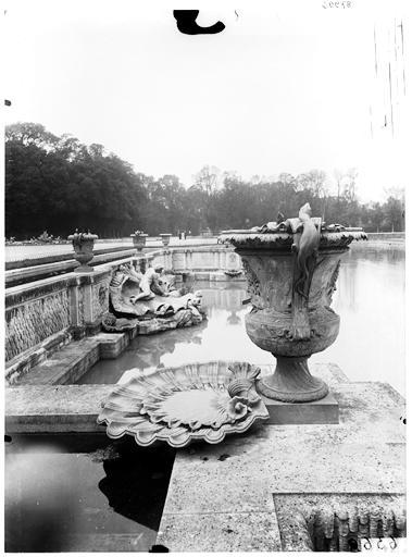 Bassin de Neptune : groupe sculpté et vase