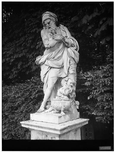 Parterre du nord : L'Hiver, statue