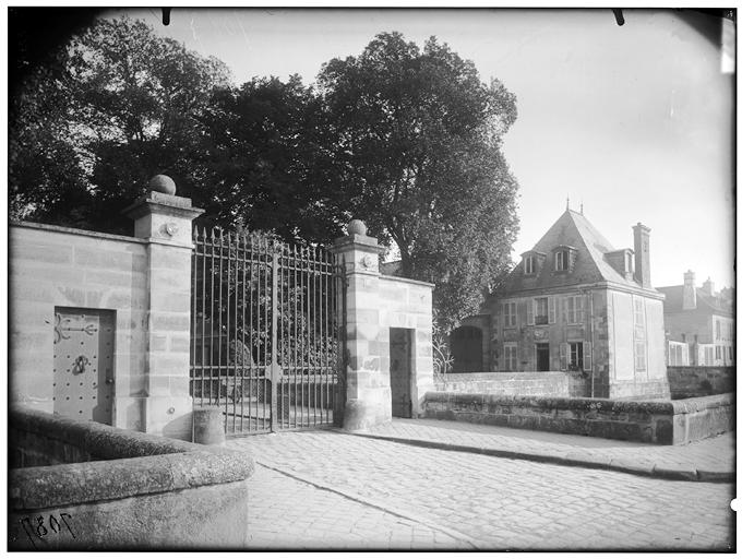 Vue de l'entrée et du pavillon