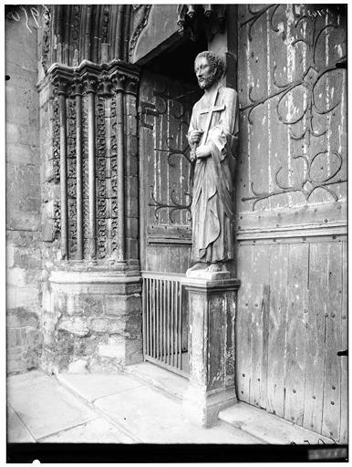 Portail ouest et statue de saint Pierre