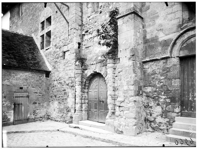 Vue du portail d'entrée et des ruines