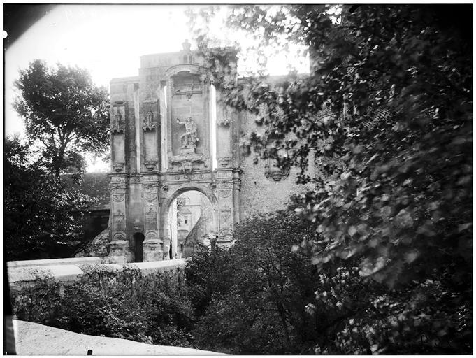 Vue de l'entrée et des ruines