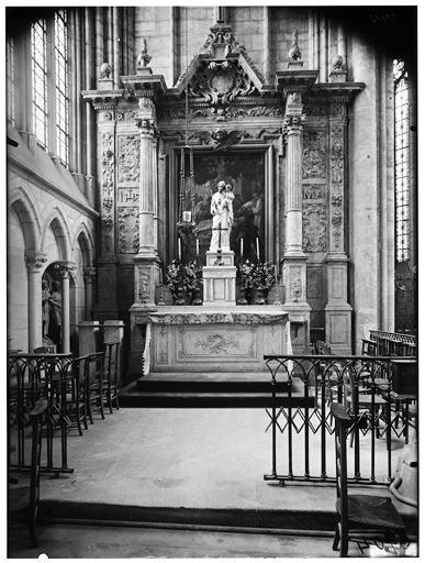 Vue intérieure du choeur et de l'autel avec une statue de la Vierge à l'Enfant
