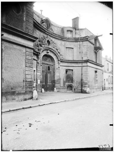 Ecuries, façade sur rue