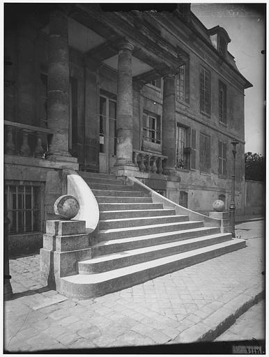Péristyle et escalier
