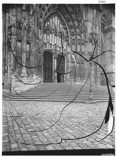 Transept de la façade sud : portail Saint-Pierre