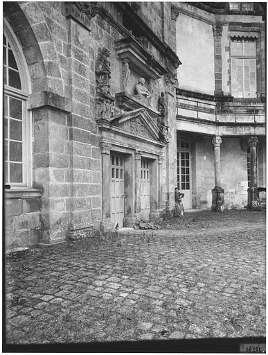 Porte de la grande vis : buste de François Ier, statues de Minerve et Junon