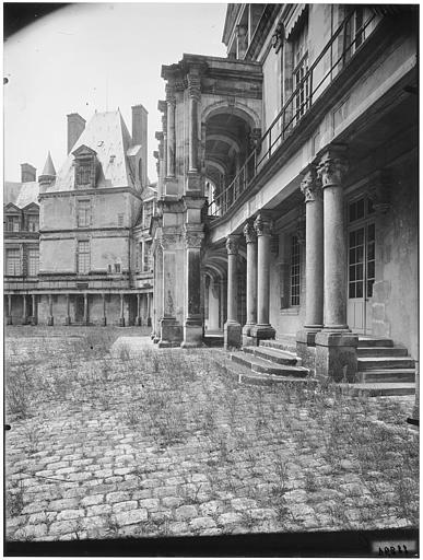 Cour ovale, cour du donjon, portique de Serlio : vue sur cour
