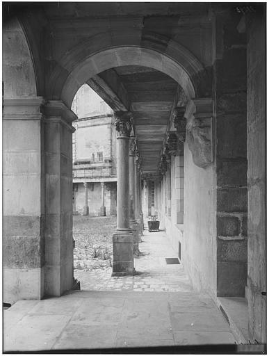Cour ovale, cour du donjon : vue de la galerie