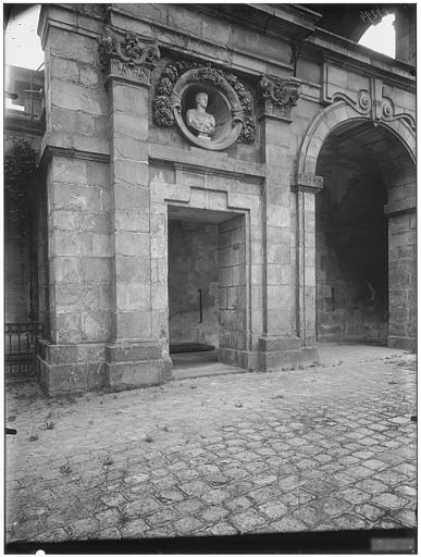 Cour ovale, cour du donjon, porte Dorée, porte Dauphine, baptistère de Louis XIII : vue de la cour et de la porte