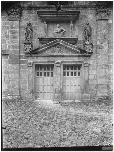 Cour ovale, cour du donjon, porte de la grande vis : statues de Minerve et de Junon