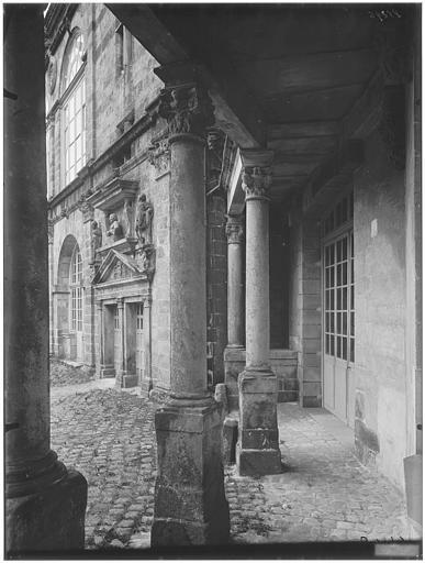 Cour ovale, cour du donjon, porte de la grande vis : vue de la cour