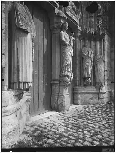 Portail de la façade ouest : piédroit, Vierge à l'Enfant au trumeau