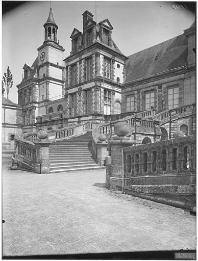 Cour des Adieux, cour du Cheval-Blanc, pavillon des orgues : vue de la façade et de l'escalier