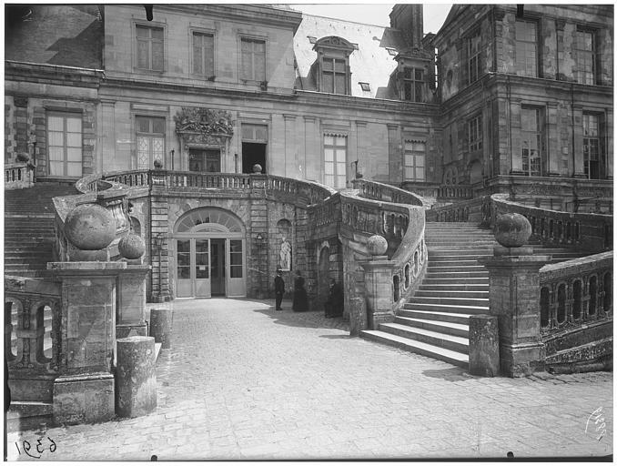 Cour des Adieux, cour du Cheval-Blanc, escalier du fer à cheval : vue de la façade et de l'escalier