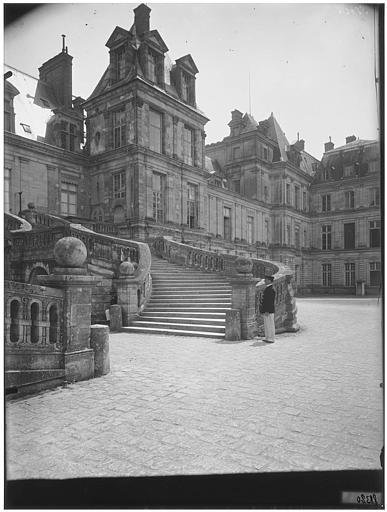 Cour des Adieux, cour du Cheval-Blanc : vue de la façade et de l'escalier