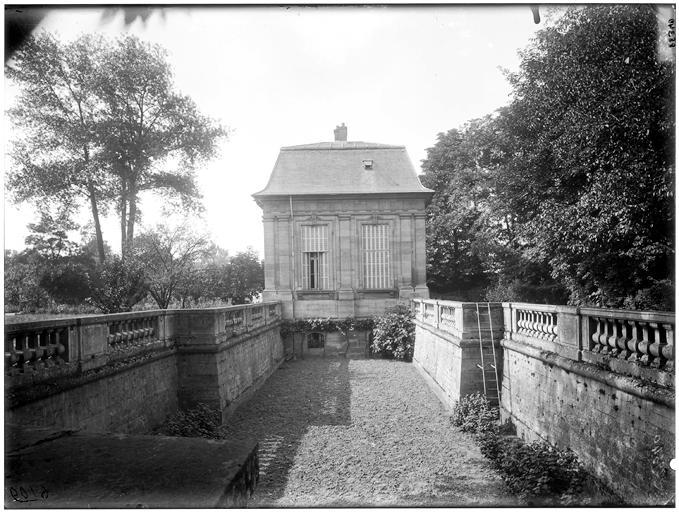 Pavillon et douves