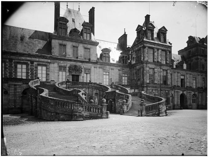 Cour des Adieux, cour du Cheval-Blanc, escalier du fer à cheval, pavillon des peintures : vue de la façade