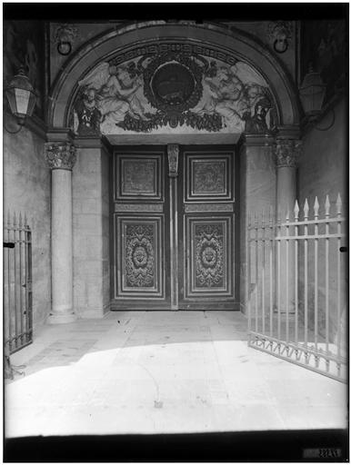 Porte Dorée, porte du Primatice : vue du tympan du portail
