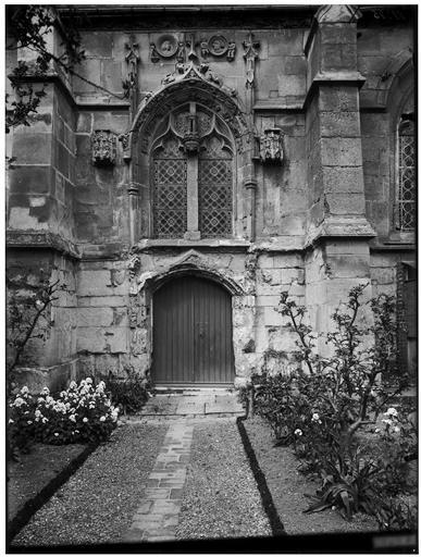 Porte et contrefort