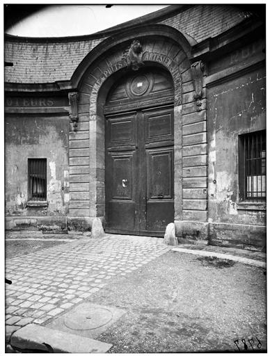 Ecuries, façade sur rue, portail