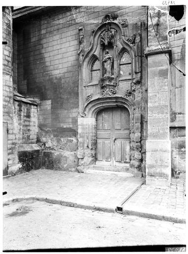 Façade nord, portail : Vierge à l'Enfant