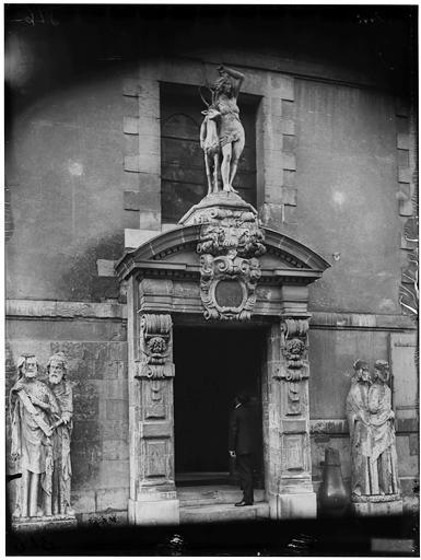 Diane au cerf, statue du portail