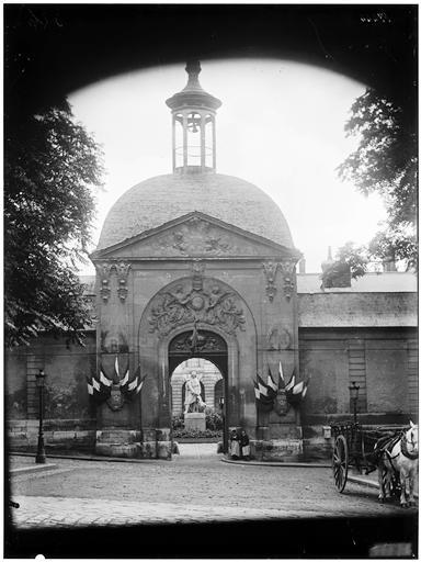 Pierre Corneille, statue près du pavillon d'entrée