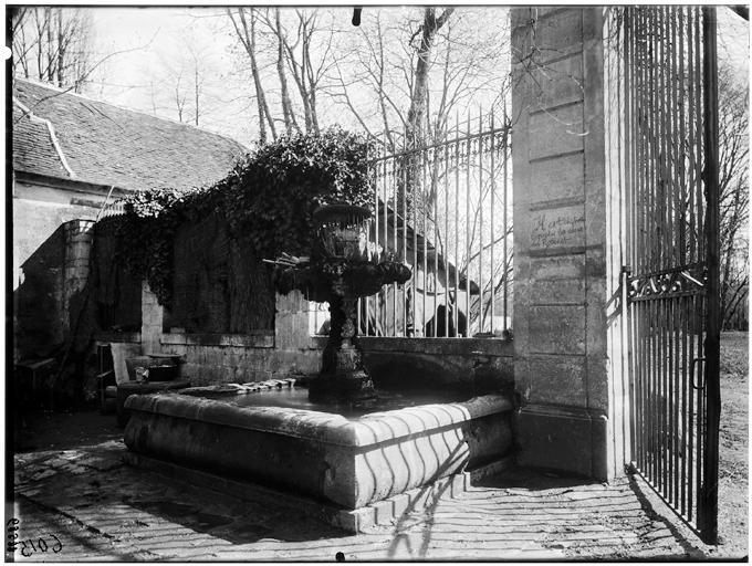 Vue de la fontaine et de la grille