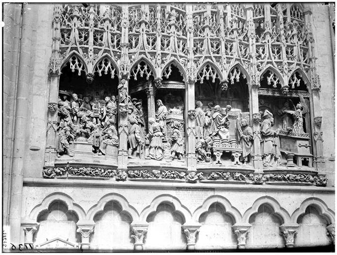 Vue intérieure, bas-relief du transept nord (côté ouest) : Jésus chassant les vendeurs du Temple