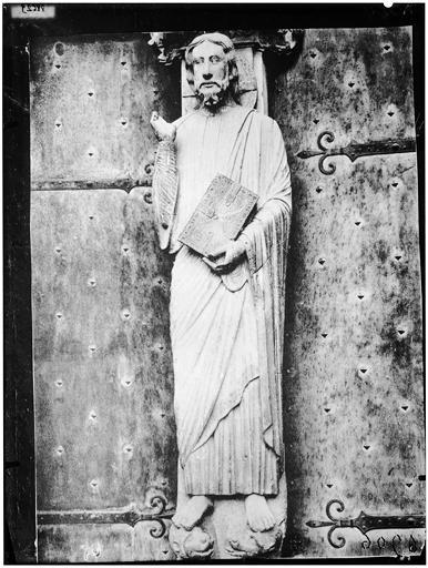 Façade sud, trumeau de la porte centrale : le Christ enseignant