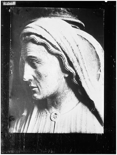 Façade nord, porte gauche, ébrasement droit : la Visitation de la Vierge, sainte Elisabeth