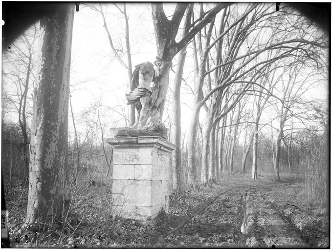 Statue dans une allée