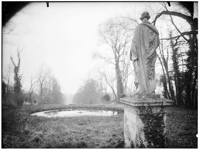 Allée de la Duchesse : statue de la Servitude