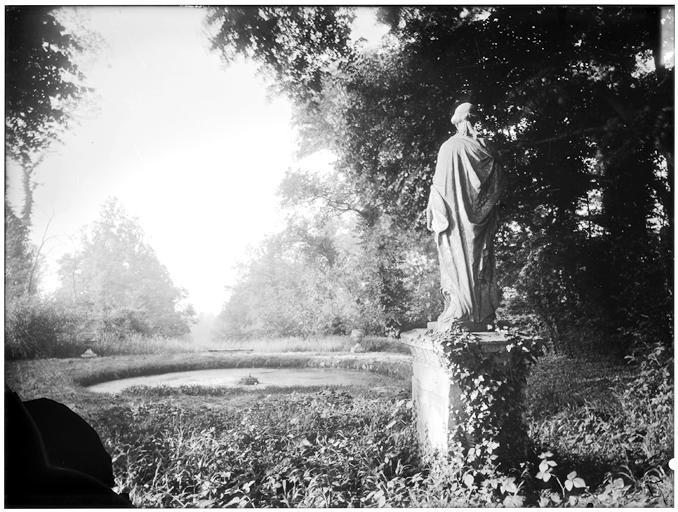 Allée de la Duchesse : La Servitude, statue