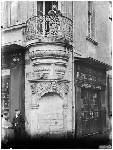 Vue générale à l'angle d'une rue, boutique