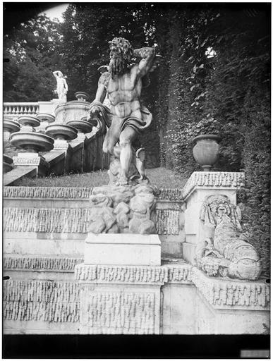 La grande cascade : détail, statue