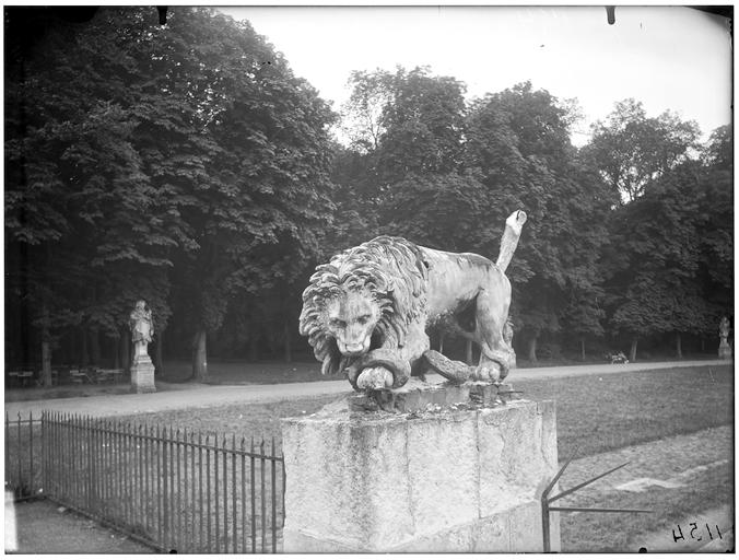 Grille et statue de lion