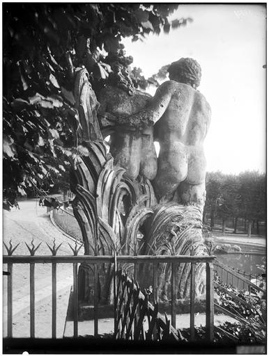 Vue du parc et d'une grille, groupe sculpté