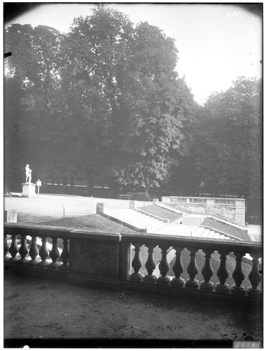 Vue de la terrasse et de l'escalier de l'Orangerie