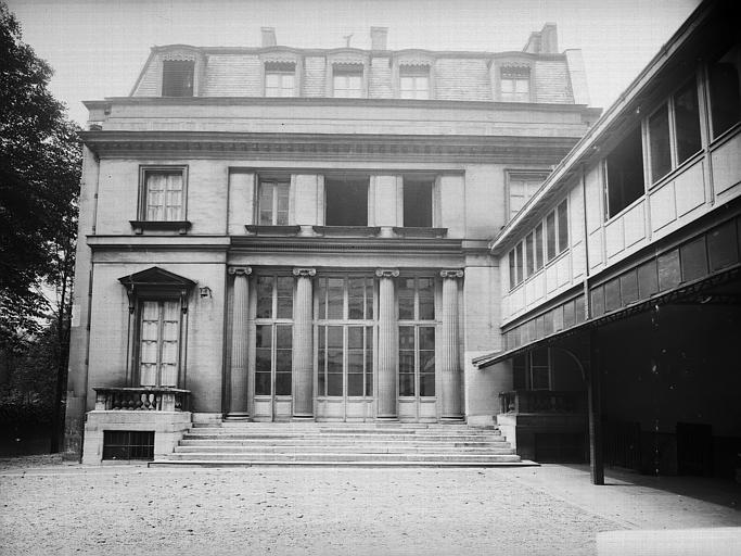 Cour intérieure : Pavillon avec porte à colonnade
