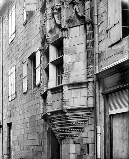 Façade sur rue : Base de la tour et encorbellement