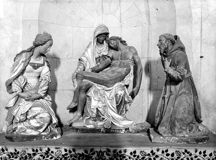 Groupe sculpté en terre cuite : Vierge de pitié entre la Madeleine et saint François